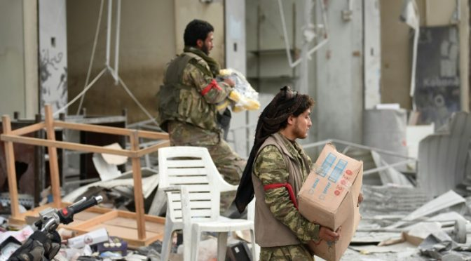 Truppe turche saccheggiano Afrin, abbattono statue – FOTO