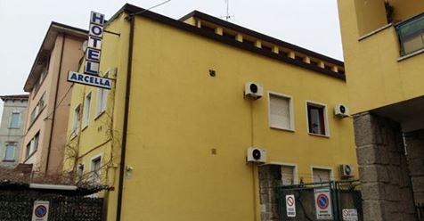 Ora si comprano anche gli hotel, pulizia etnica di italiani a Padova