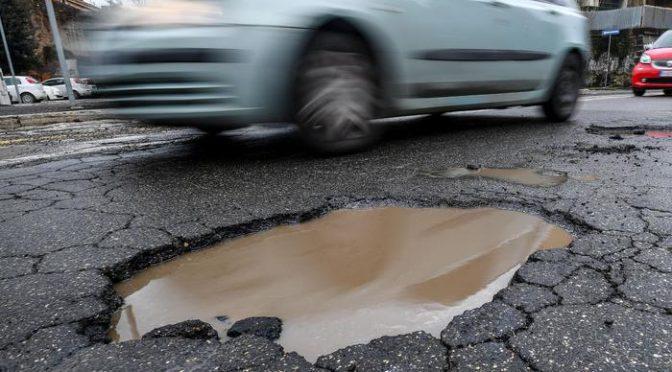Roma, traffico in tilt per voragini piene d'acqua