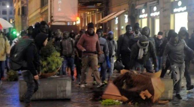 """Radical chic difendono devastatori Firenze: """"Hanno distrutto solo le fioriere"""" – FOTO"""