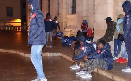 Nuovo hotel non li soddisfa, profughi accampati sotto prefettura