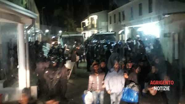 L'ultimo regalo di Gentiloni: Tunisini liberati sul territorio – FOTO