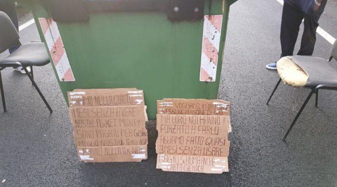 """Profughi bloccano strada: """"Qui ci manca la carta igienica"""" – FOTO"""