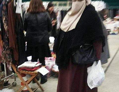 Donna in burqa terrorizza i bambini a Imola – Foto