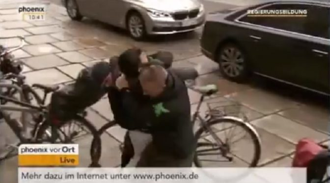"Merkel: un uomo cerca di raggiungerla al grido ""Allah Akbar"" – VIDEO"