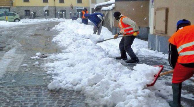Profughi spalano la neve, ma è una bufala: si fanno pagare!