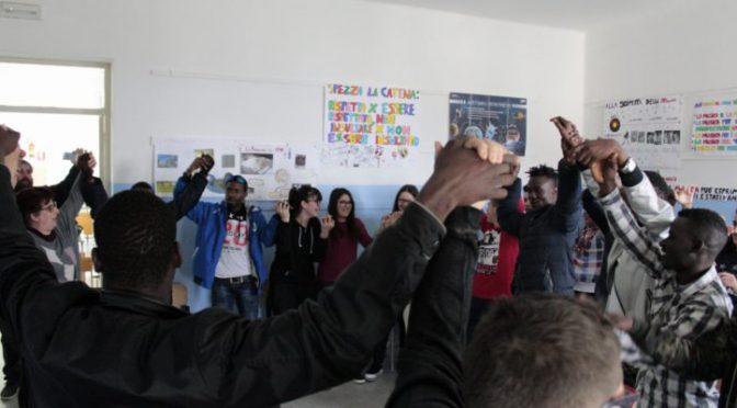 Spacciavano ai minori all'uscita da scuola, centro profughi base spaccio