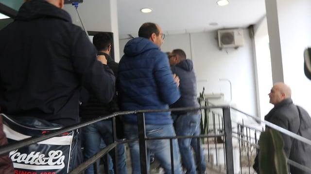Rom scatenano il caos in Questura dopo gli arresti, botte ad agenti e giornalisti – VIDEO