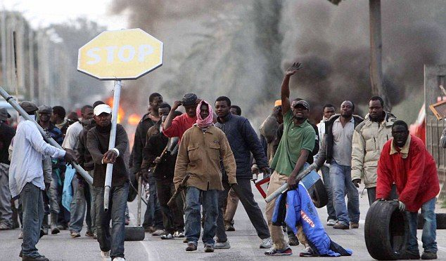 Africani sradicano palo segnaletica e lo spaccano in testa ad italiano
