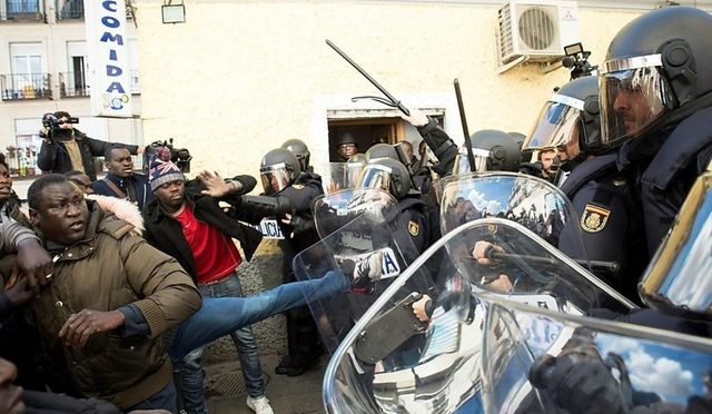 Senegalesi scatenati, assediato ristorante: clienti barricati – VIDEO