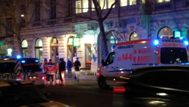 VIENNA: PASSANTI ACCOLTELLATI DA 'UOMO'