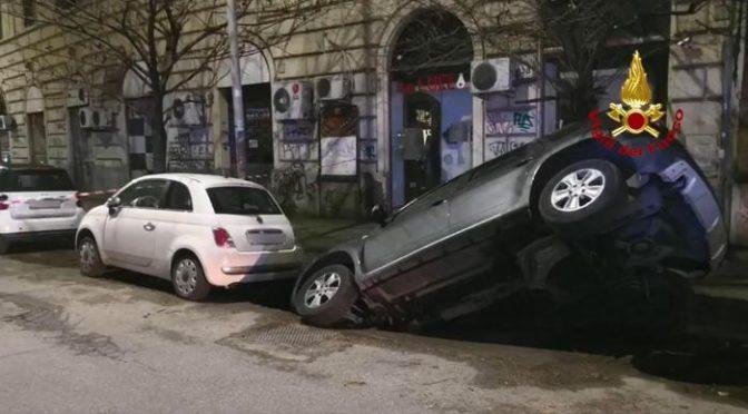ROMA: AUTO SPROFONDA IN VORAGINE – VIDEO