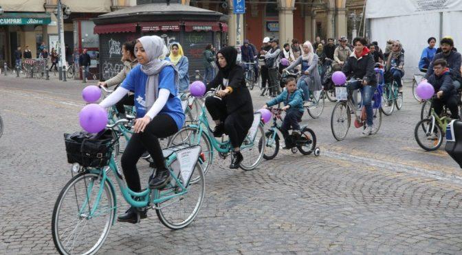 Biciclettata islamica a Bologna: ecco come erano travestite – FOTO