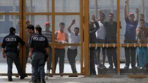 Clandestini scavalcano muro e fuggono da centro espulsioni