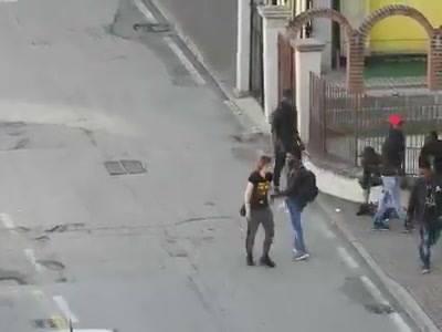 Venezia: come i profughi spacciano alla luce del sole – VIDEO