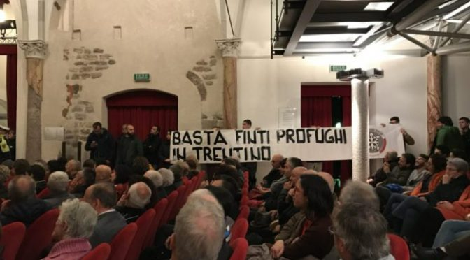 Popolazione non vuole i profughi, contestato sindaco: ovazione per CasaPound