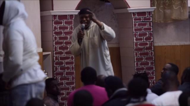 Licola, fedeli moschea solidarizzano col terrorista gambiano: rifiutano di condannarlo – VIDEO CHOC