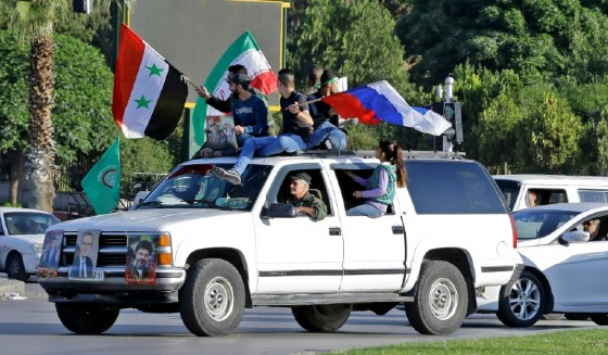 Damasco, cittadini sfidano bombardamenti con bandiere russe