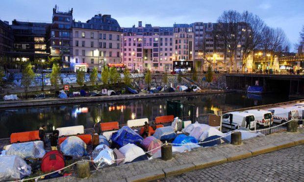 Parigi, la Senna assediata da accampamenti clandestini