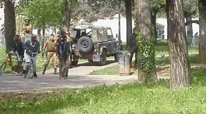 """Militari accerchiati e aggrediti, residenti: """"Ormai comandano i Neri"""" – VIDEO"""
