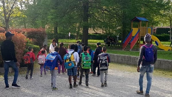 Modena: richiedenti asilo accompagnano bambini a scuola – FOTO