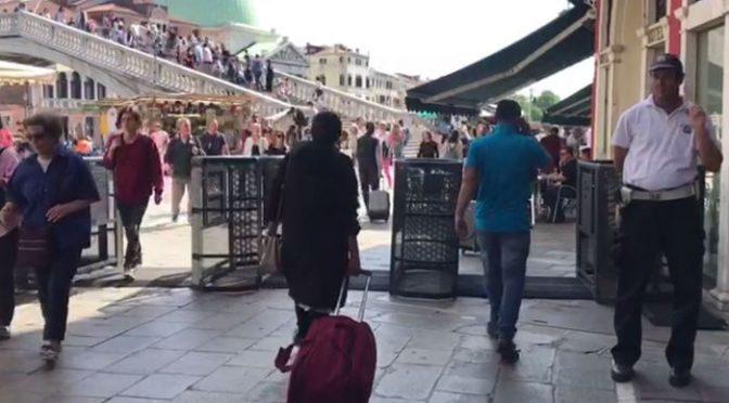 Venezia, tornelli per limitare i turisti: mettiamoli anche alle frontiere