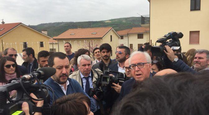 Salvini nel villaggio che il PD vuole regalare agli immigrati – VIDEO