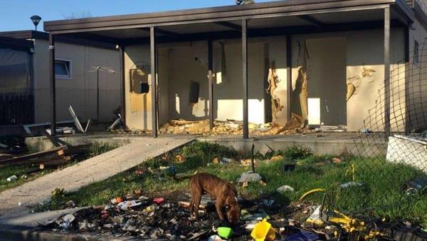 Quasi 1 milione di euro per dare case nuove a zingari, loro le distruggono – FOTO