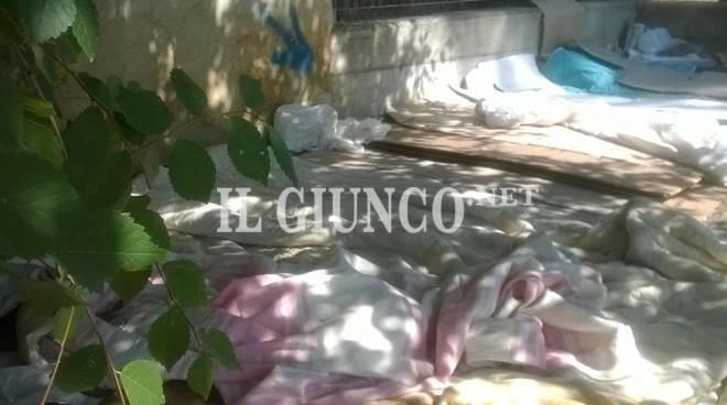 Clandestini trovano casa al museo, materassi nel cortile