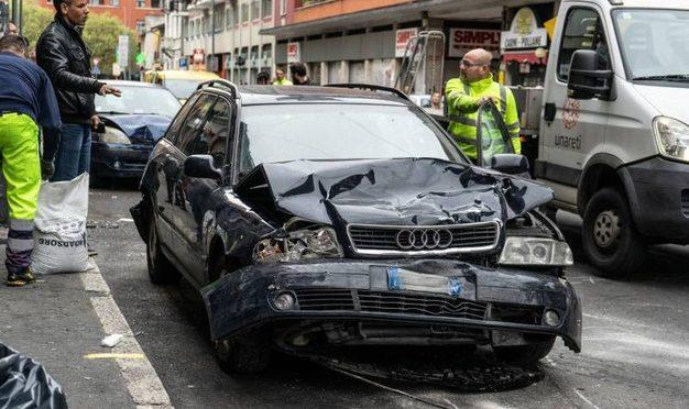 Migrante distrugge 9 auto, abbandona uomo in coma