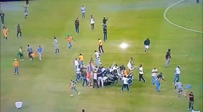 Folla invade lo stadio, pestaggio selvaggio – VIDEO CHOC