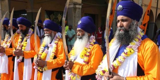 Sikh in marcia armati di scimitarre: questa è una città 'italiana' – VIDEO