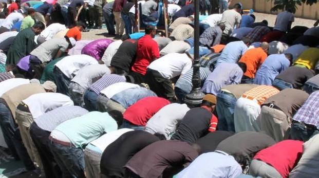 Firenze, abitanti sfrattati dai musulmani: intero quartiere trasformato in moschea