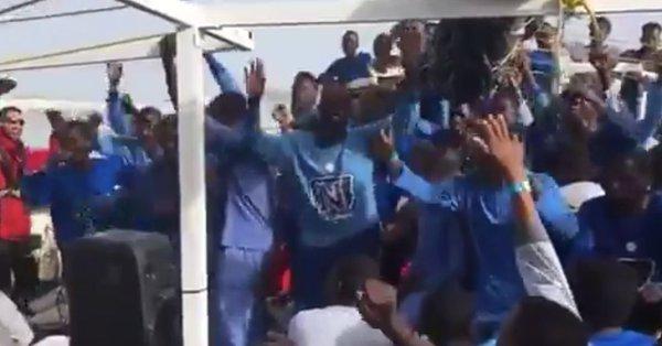 Balli scatenati e aperitivo sulla nave Ong: così accolgono clandestini – VIDEO