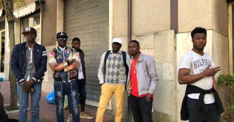 """Profughi bloccano stazione: """"Stanchi di questi vestiti"""""""