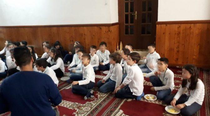 Alunni italiani delle elementari portati in moschea – FOTO
