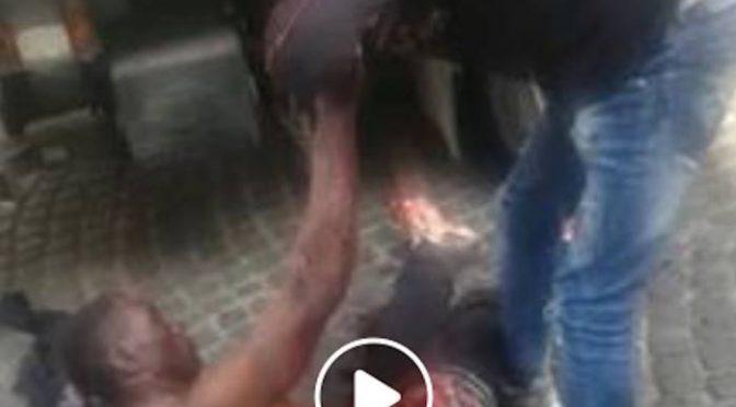 Africano tenta di sgozzarlo per strada – VIDEO CHOC