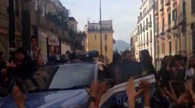 Roma, poliziotti presi a sassate nel campo rom: giudice li libera