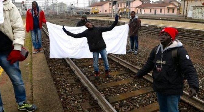 Profughi bloccano treni, caos a stazione: rissa con pendolari