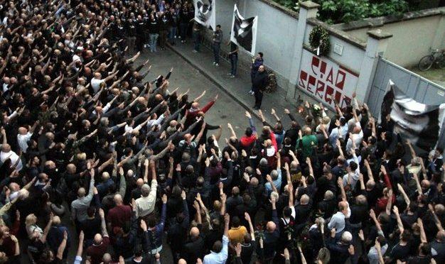 Mille braccia tese a Milano per commemorare Ramelli