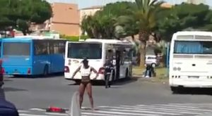 Profugo si spoglia nudo sulle strisce, degrado – VIDEO