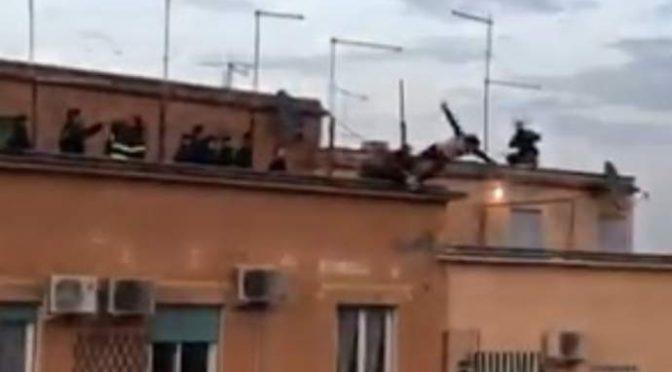 Immigrato si lancia nel vuoto: ma agenti lo prendono per i piedi – VIDEO