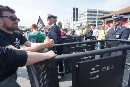 Venezia: No Global difendono turismo di massa, rimuovono tornelli