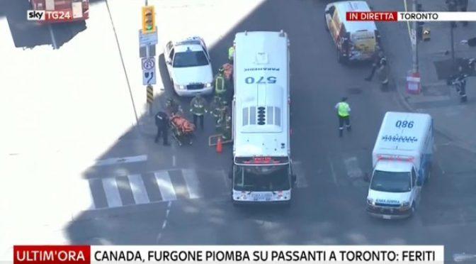Toronto: morti per furgone sulla folla, pedoni presi di mira
