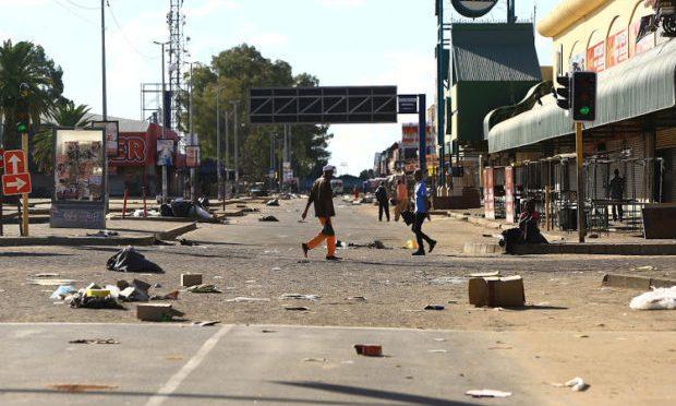 """Africani bloccano ingresso ospedale: """"Chi entra lo bruciamo"""""""
