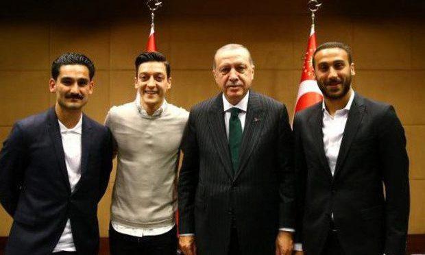 Calcio:  Özil e Gündogan posano con Erdogan, tedeschi o turchi?