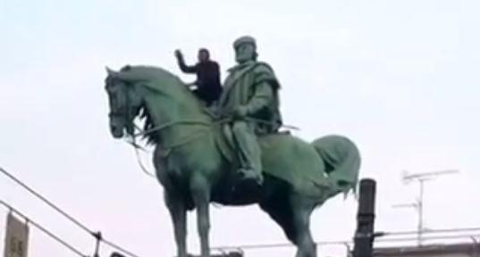 Milano, immigrato minaccia lancio da statua di Garibaldi ma non si butta – VIDEO