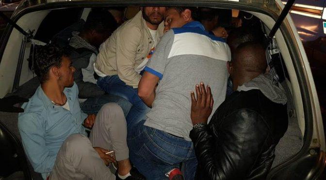 Bloccata auto iracheno: stava portando via 8 bengalesi