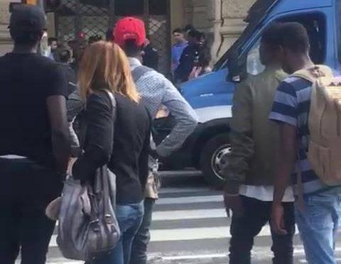 """Migranti lo circondano: """"Italiani me*da.. andate a fan*ulo, polizia vaff**culo"""" – VIDEO"""