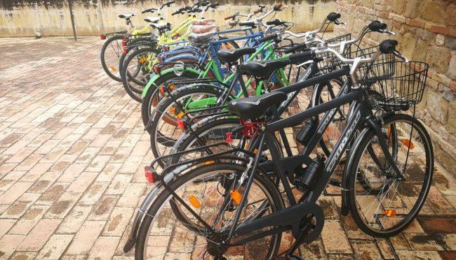 Macerata, bici in regalo per profughi associazione degli assassini di Pamela